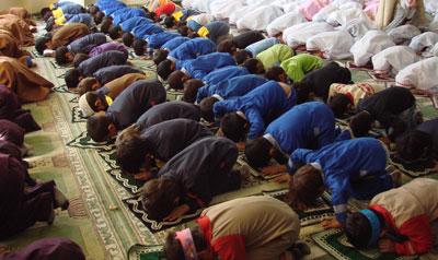 فاصله زنان و مردان در نماز چقدر باید باشد؟