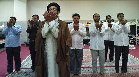 حکم اقتدا کردن نماز به امام جماعت غیر روحانی
