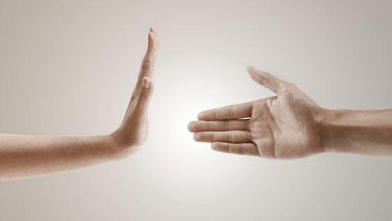 دست دادن با نامحرم با دستکش یا چادر چه حکمی دارد؟